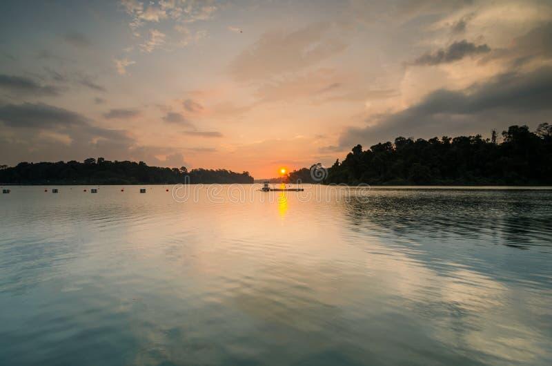 Beau coucher du soleil au réservoir de MacRitchie image stock