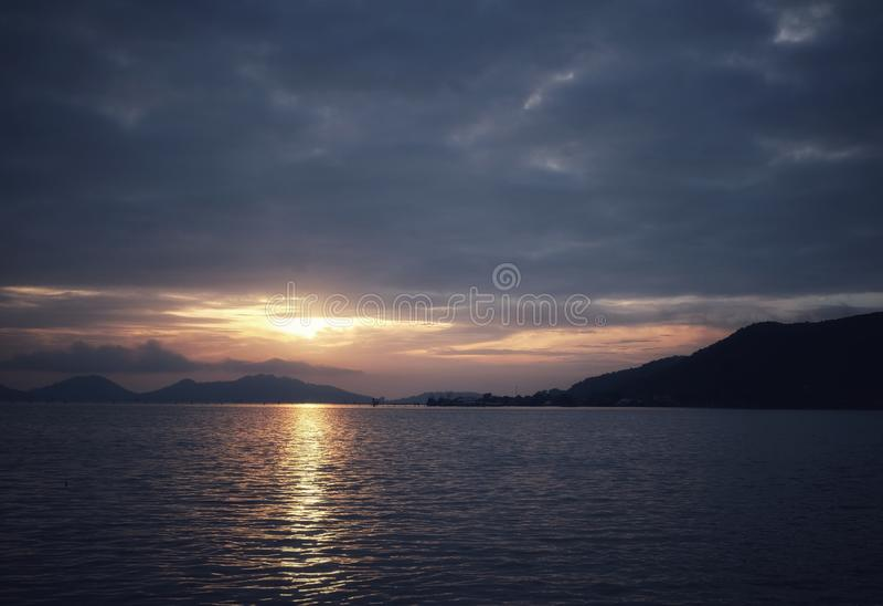 Beau coucher du soleil avec les nuages et l'ombre image libre de droits