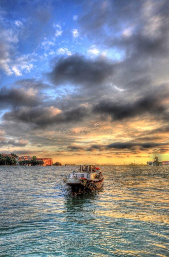 Beau coucher du soleil avec un bateau en mer Méditerranée, Venise, Italie HDR photographie stock