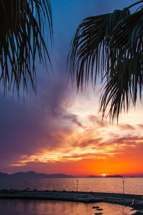 Beau coucher du soleil calme à la mer Égée, Turgutreis, Turquie image libre de droits