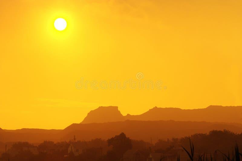 Beau coucher du soleil chaud dans un canyon de désert image libre de droits