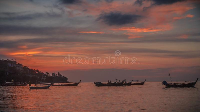 Beau coucher du soleil coloré images stock