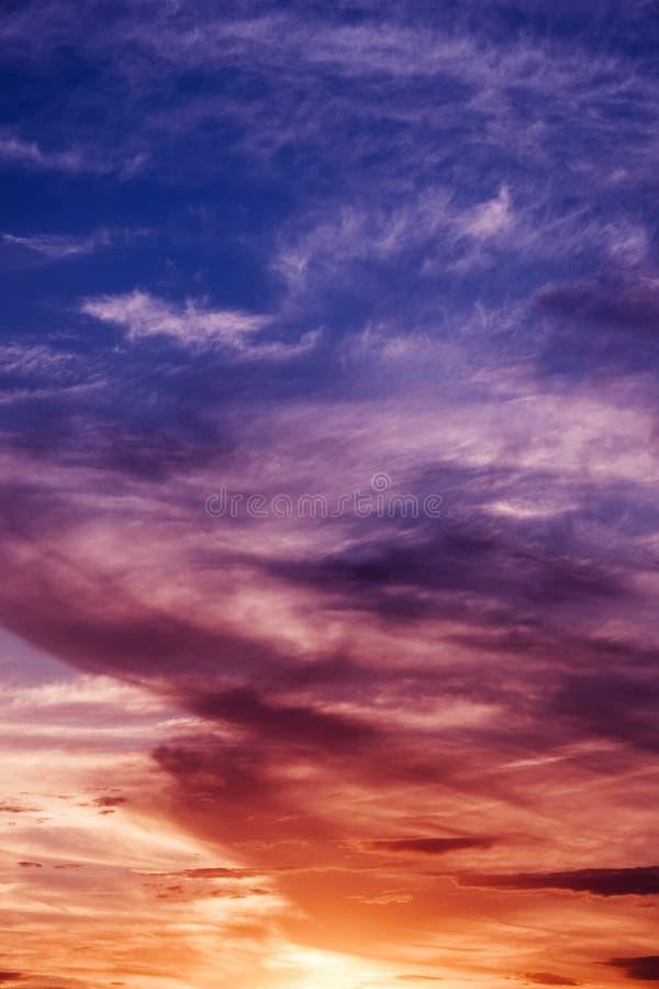 Beau coucher du soleil coloré, fait à partir du haut toit photos libres de droits