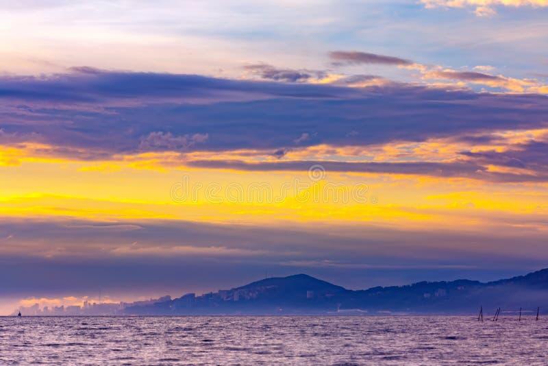 Beau coucher du soleil coloré sur la Mer Noire, Sotchi, Russie image stock
