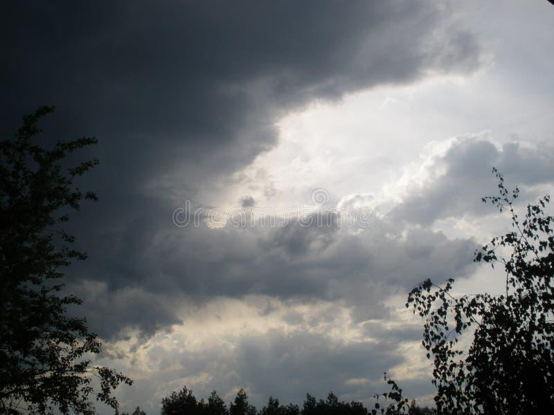 Beau coucher du soleil d'été avec des nuages noirs image libre de droits