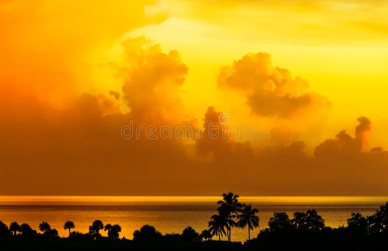 Beau coucher du soleil d'or jaune au-dessus d'une mer tropicale image stock