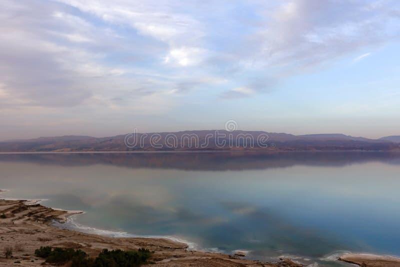 Beau coucher du soleil dans des tons lilas au-dessus de la mer morte Vue de côte de l'Israël au côté de la Jordanie photos libres de droits