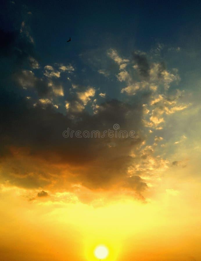 Beau coucher du soleil dans le ciel image stock