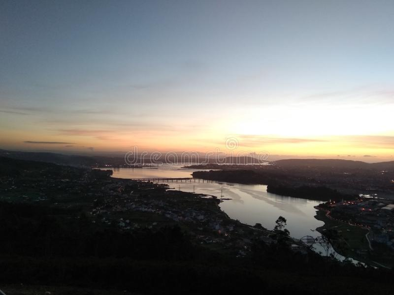 Beau coucher du soleil dans un beau paysage photographie stock