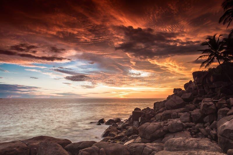 Beau coucher du soleil dans Unawatuna Sri Lanka photos libres de droits