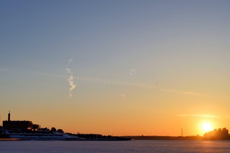 Beau, coucher du soleil de beauté, soirée, orange, fond de fumée, coucher du soleil, vue photos libres de droits