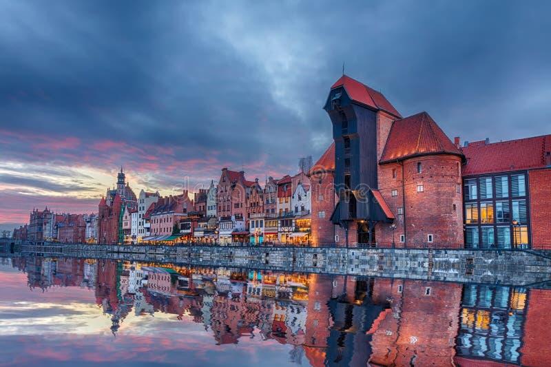 Beau coucher du soleil de Danzig, vue sur la grue de port de Zuraw et façades médiévales, Pologne photo stock