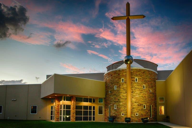 Beau coucher du soleil de la Floride avec la nouvelle église images stock
