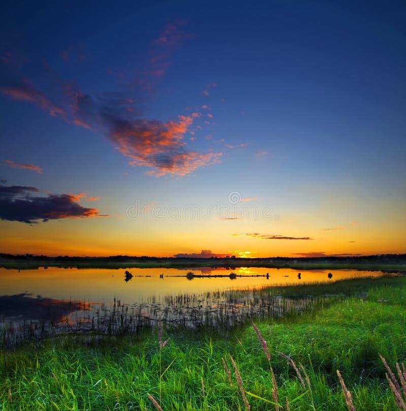beau coucher du soleil de lac image stock