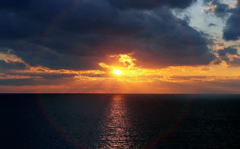 Beau coucher du soleil de mer image libre de droits
