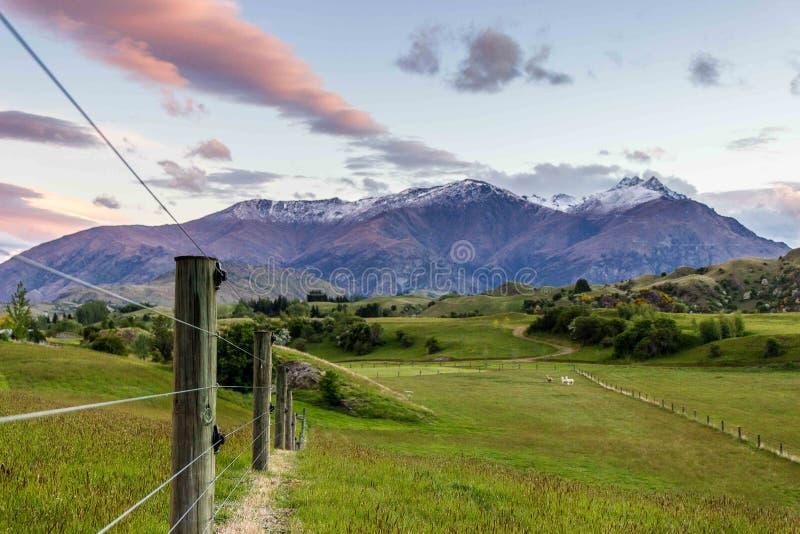Beau coucher du soleil de montagne photos libres de droits