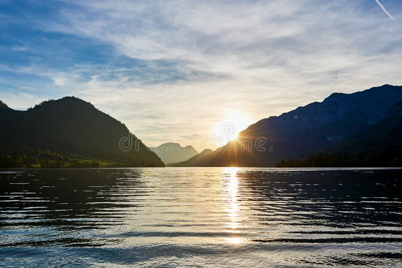 Beau coucher du soleil de montagne avec la réflexion dans les Alpes autrichiens Grundlsee photo libre de droits