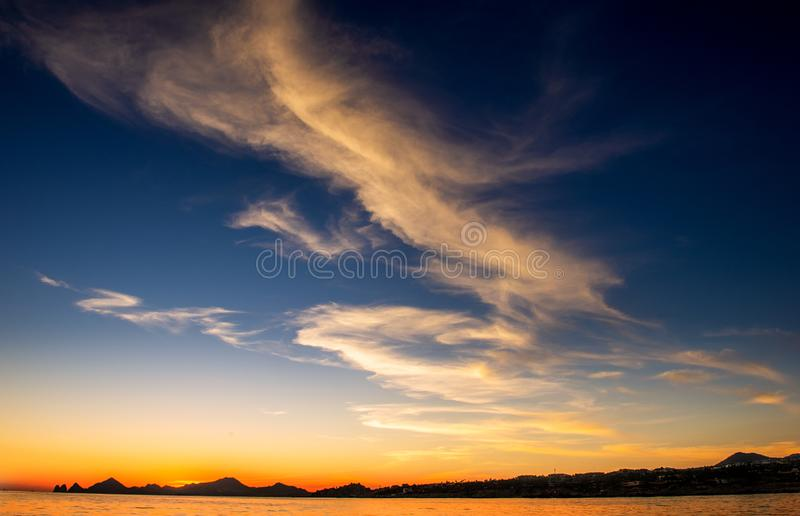 Beau coucher du soleil de paysage marin avec des silhouets de montagnes Mer outre de la c?te de Cabo San Lucas Le golfe de Califo images stock