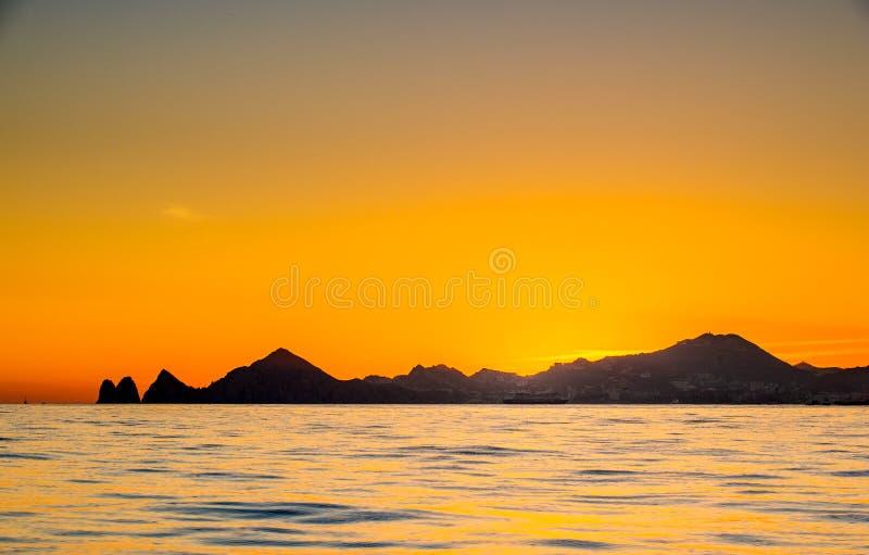 Beau coucher du soleil de paysage marin avec des silhouets de montagnes Mer outre de la c?te de Cabo San Lucas Le golfe de Califo photographie stock libre de droits