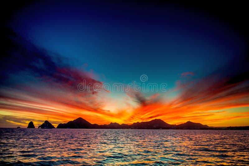 Beau coucher du soleil de paysage marin avec des silhouets de montagnes Mer outre de la c?te de Cabo San Lucas Le golfe de Califo photo libre de droits