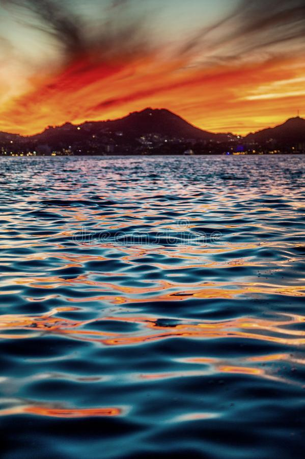 Beau coucher du soleil de paysage marin avec des silhouets de montagnes Mer outre de la c?te de Cabo San Lucas Le golfe de Califo image libre de droits