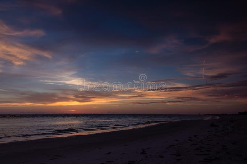 Beau coucher du soleil de plage de Bradenton images libres de droits