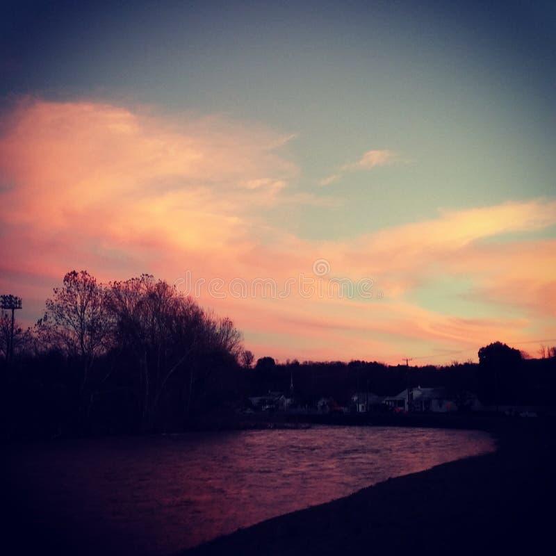 Beau coucher du soleil de rivière photo stock
