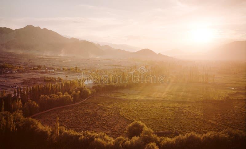 Beau coucher du soleil de vallée photographie stock libre de droits