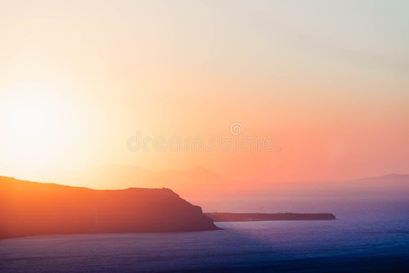 Beau coucher du soleil derrière une île image stock