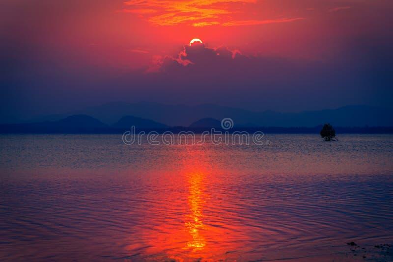 Download Beau Coucher Du Soleil En Ciel Gentil Au-dessus De Mer Et De Montagnes Photo stock - Image du nature, plage: 87709788