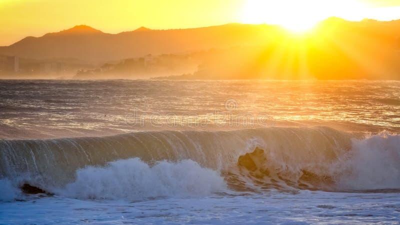 Beau coucher du soleil en Espagne avec de grandes vagues, Costa Brava images libres de droits
