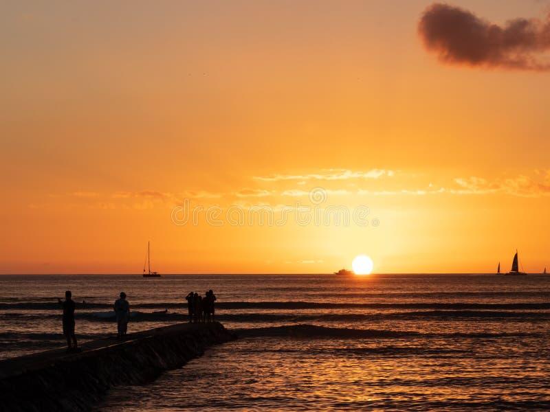 Beau coucher du soleil en plage de Honolulu Waikiki image stock