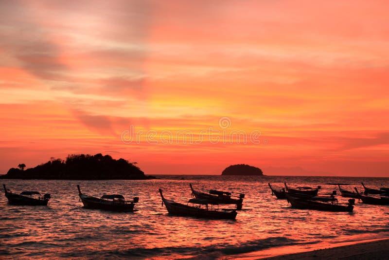 Beau coucher du soleil et bateaux de pêche locaux sur le bord de la mer à l'isla de Lipe photos stock