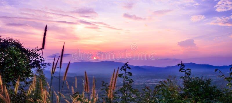Beau coucher du soleil et ciel photos stock