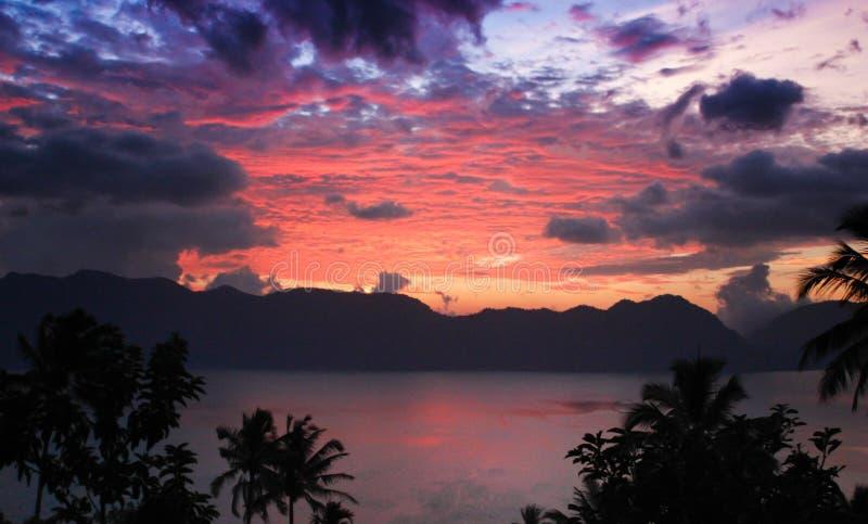Beau coucher du soleil et nuages colorés sur l'Océan Indien images stock