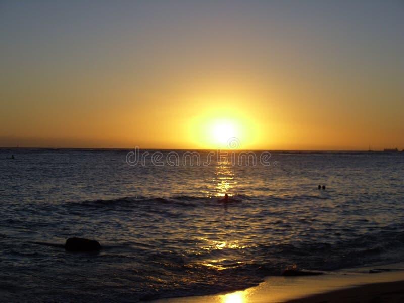 Beau coucher du soleil hawaïen au-dessus d'océan photos libres de droits