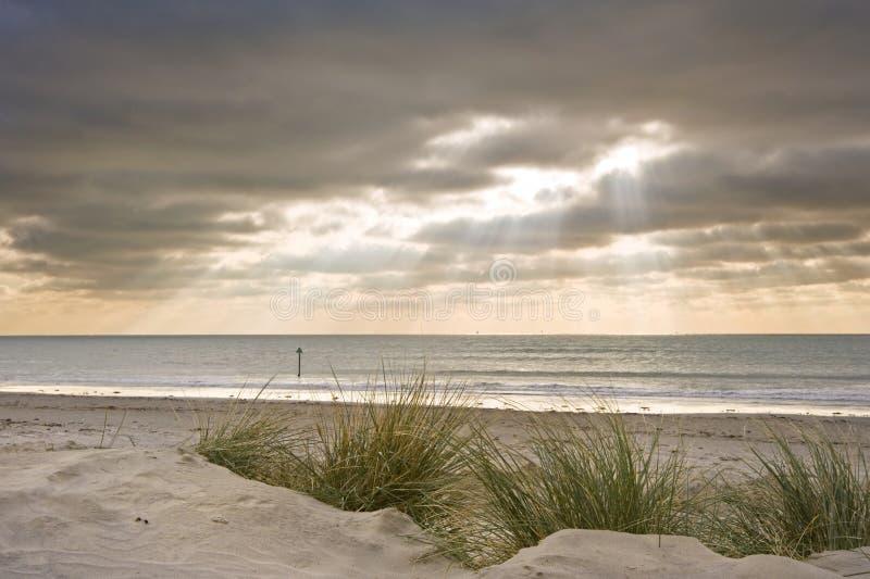 Beau coucher du soleil inspiré au-dessus de plage de l'hiver image libre de droits