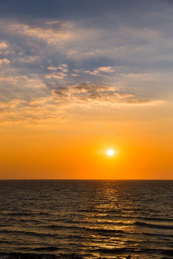 Beau coucher du soleil jaune au-dessus de Mer Adriatique en Italie photos libres de droits
