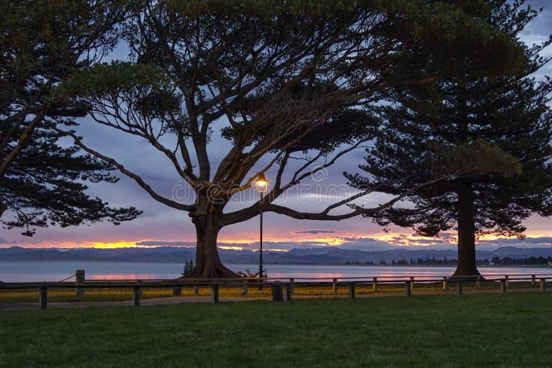 Beau coucher du soleil, l'océan pacifique, Gisborne, Nouvelle-Zélande image stock