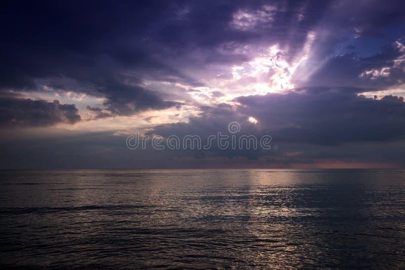 Beau coucher du soleil lumineux en mer photos libres de droits