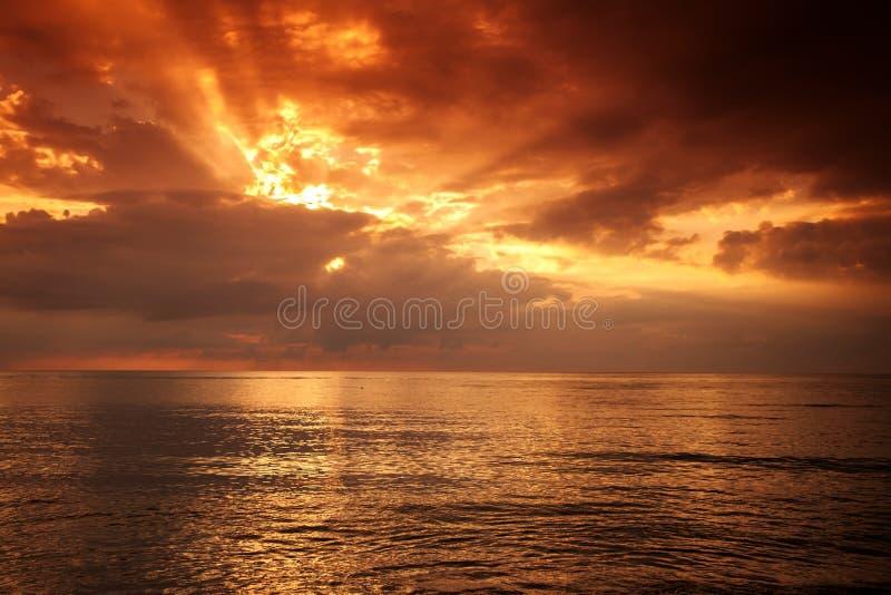 Beau coucher du soleil lumineux en mer photographie stock libre de droits