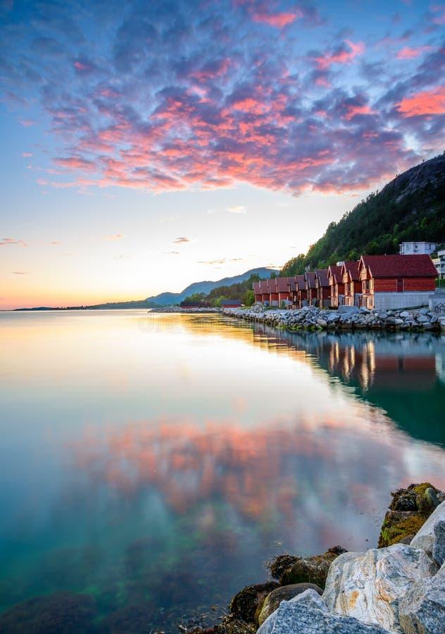 Beau coucher du soleil norvégien par la côte de Jorpeland, Norvège images stock