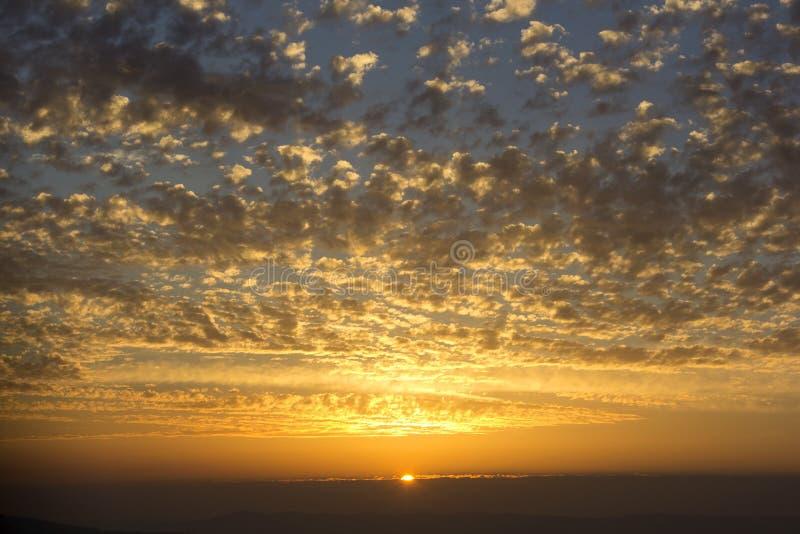 Beau coucher du soleil, nuages de couleur d'or images libres de droits