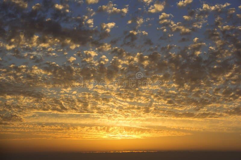 Beau coucher du soleil, nuages de couleur d'or photographie stock libre de droits