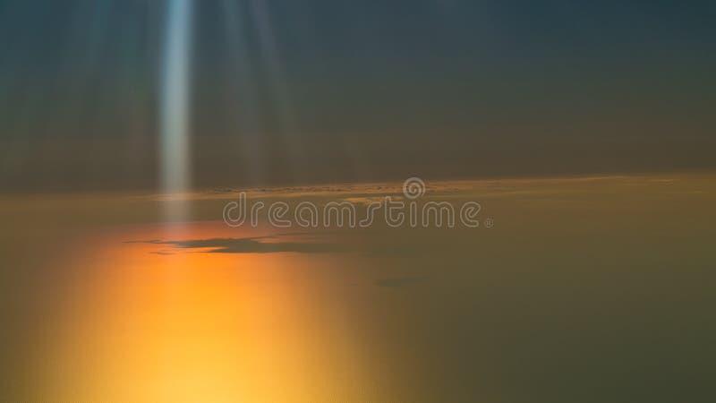 Beau coucher du soleil, nuages et ciel orange image stock