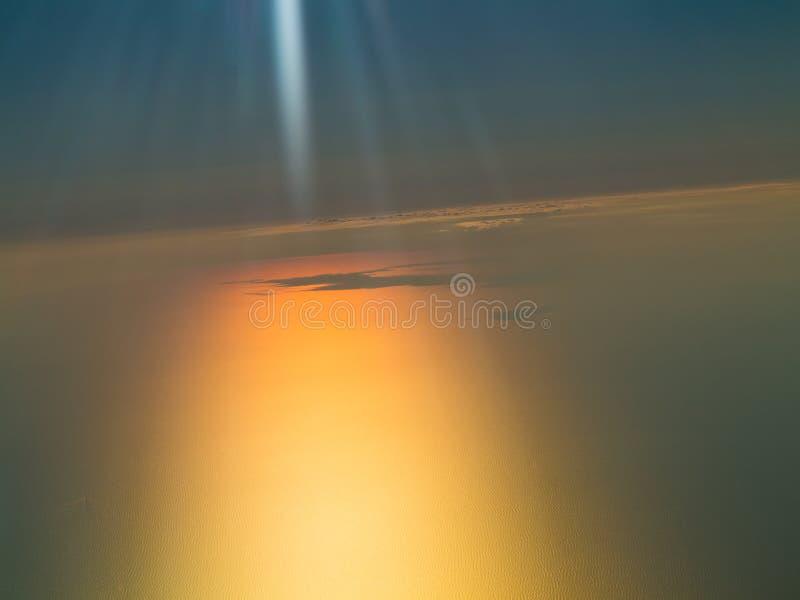 Beau coucher du soleil, nuages et ciel orange photo stock
