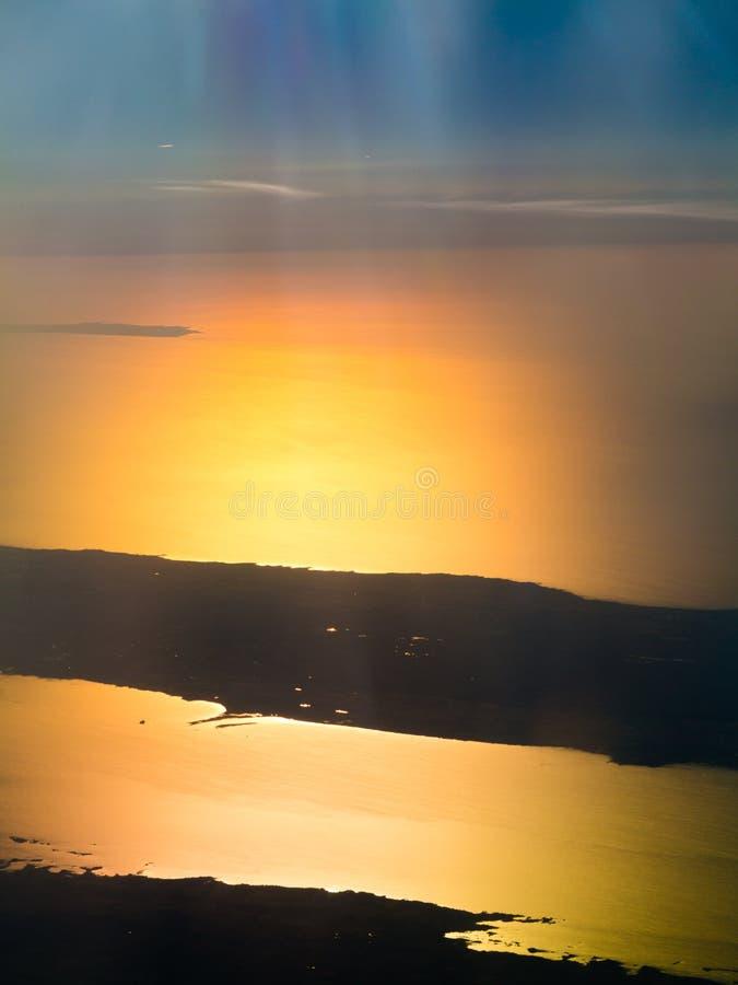 Beau coucher du soleil, nuages et ciel orange images stock