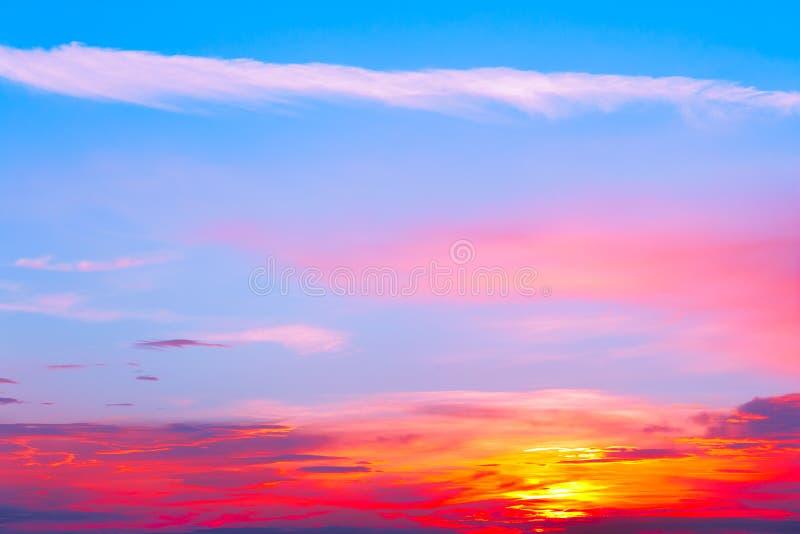Beau coucher du soleil, nuages majestueux légers photographie stock