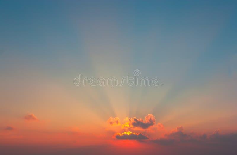 Beau coucher du soleil, nuages majestueux légers photo libre de droits