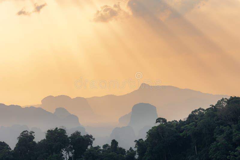 Beau coucher du soleil orange dans la jungle asiatique photo libre de droits